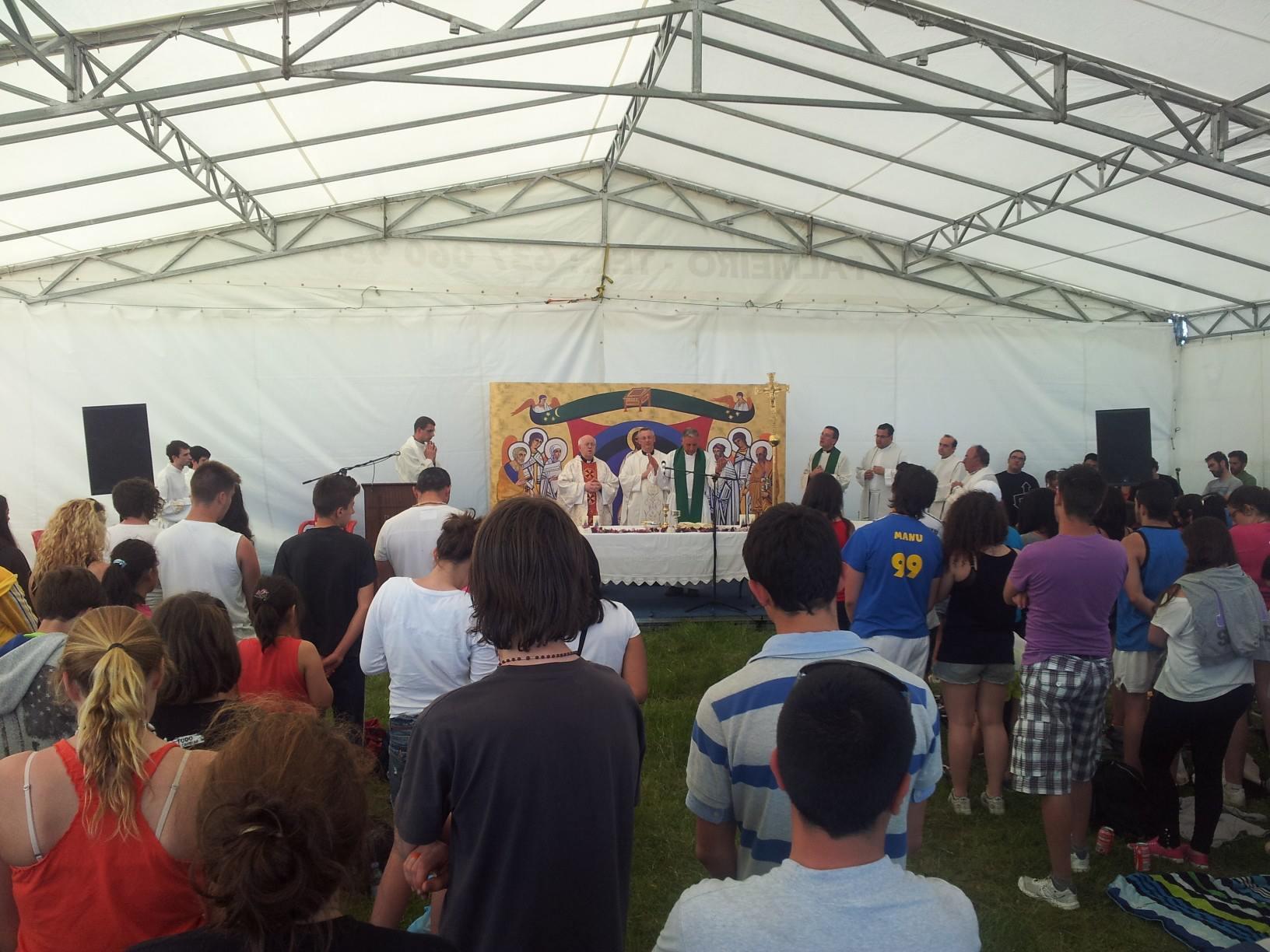 Misa na peregrinación de xóvenes ó Faro, coa presenza do arcebispo de Santiago e do bispo de Lugo