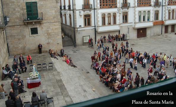 Rosario en la plaza de Santa María