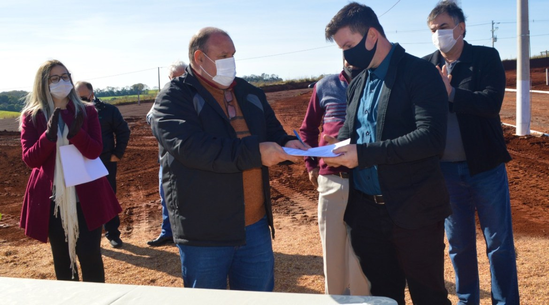 Distrito Industrial Monte Alegre: ato de assinatura da primeira empresa a se instalar no local