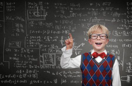 Associati - KInd vor einer Tafel mit Formeln