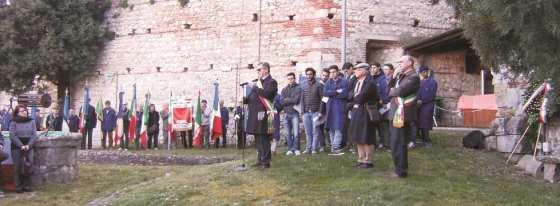 Il Sindaco di Arzignano parla ai presenti ed ai giovani studenti nel luogo della fucilazione dei quattro operai.
