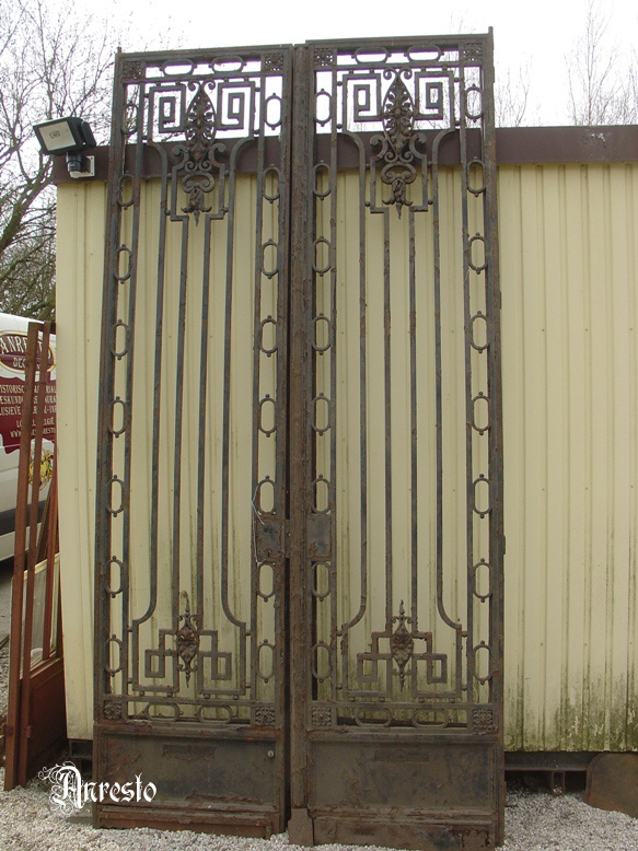 Dubbele smeedijzeren deuren