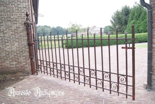 Ref. 51 – Antieke smeedijzeren Gotische poort, oude ijzeren hoevepoort
