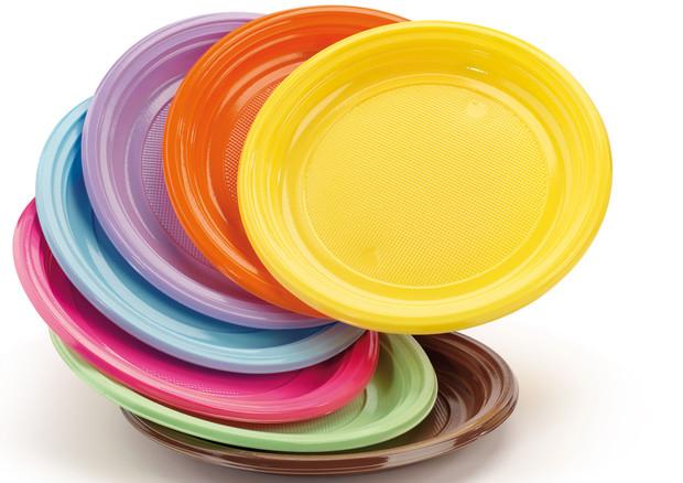 Piatti di plastica colorati © Ansa