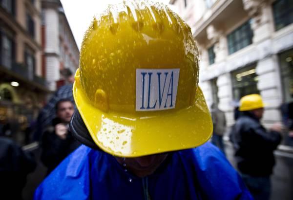 Un operario del gruppo siderurgico Ilva di taranto