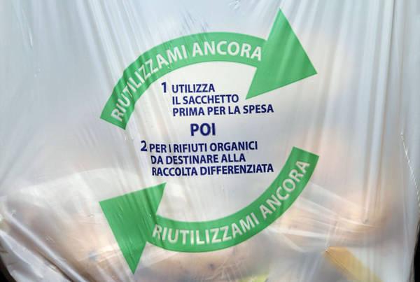 Sacchetti plastica, Bruxelles incalza Italia su direttiva Ue
