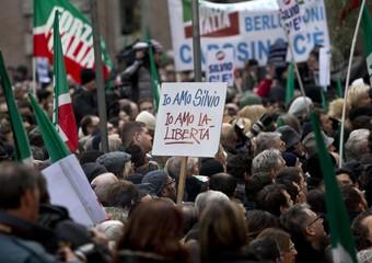 Un momento della manifestazione dei sostenitori di Berlusconi davanti Palazzo Grazioli