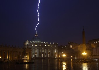San Pietro sotto la pioggia e i fulmini oggi pomeriggio (FOTO DI MEO)