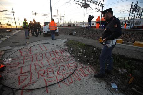 Le scritte vicino i cavi alla ferrovia di Bologna © ANSA