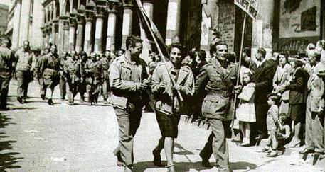 Partigiani sfilano per le strade di Milano, 25 aprile 1945 © ANSA