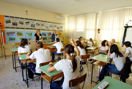 Un'insegnante durante una lezione in classe © ANSA