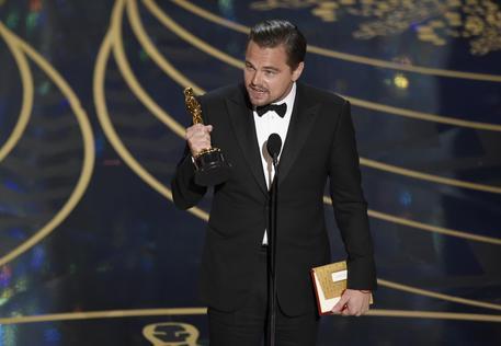 Leonardo DiCaprio alla premiazione sul palco del Dolby Theater di Los Angeles nella serata degli Oscar 2016 © AP