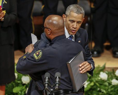 Barack Obama abbraccia il capo della polizia di Dallas David Brown © EPA