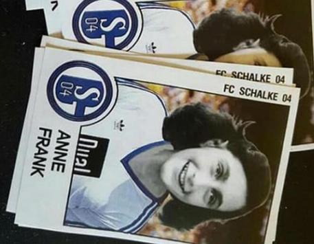 La foto postata sul blog ruhrbarone.de di Anna Frank con la maglia dello Schalke 04. L'immagine,  comparsa su alcuni adesivi a Duesseldorf, stata postata su Facebook da un hooligan del Dortmund © ANSA