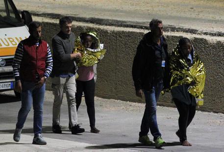Due migranti dopo il naufragio davanti a Lampedusa © ANSA