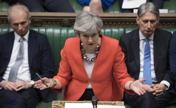 Theresa May durante il dibattito alla Camera dei Comuni © AP