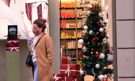 Una vetrina natalizia a Milano © ANSA