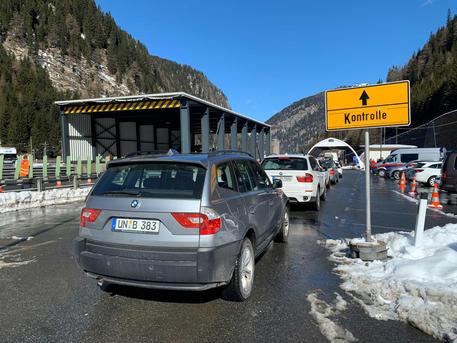 Coronavirus: Austrian border open to goods, commuters - English ...