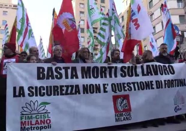 Risultati immagini per A Milano lavoratori in piazza contro le morti bianche