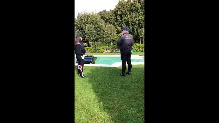 Auto Cadillac finisce in piscina a Forte dei Marmi