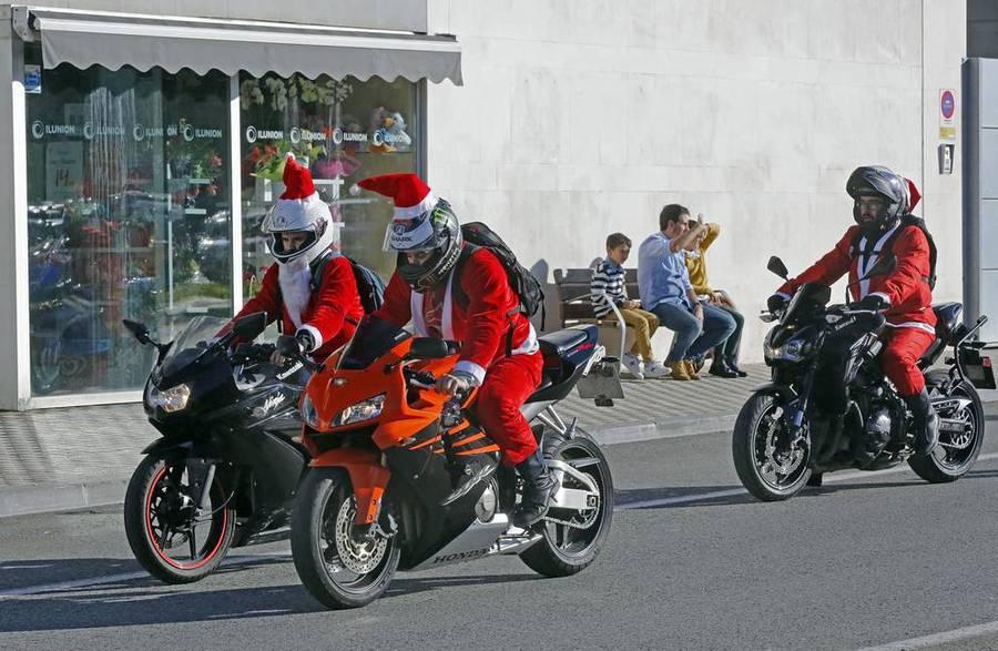 206 grafica vettoriale gratuita di babbo natale. Pamplona Babbo Natale Viaggia In Moto Foto Ansa It