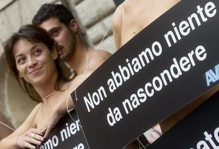 Attivisti dell'organizzazione Avaaz manifestano nudi in piazza delle Cinque Lune, nei pressi del Senato, contro il voto segreto