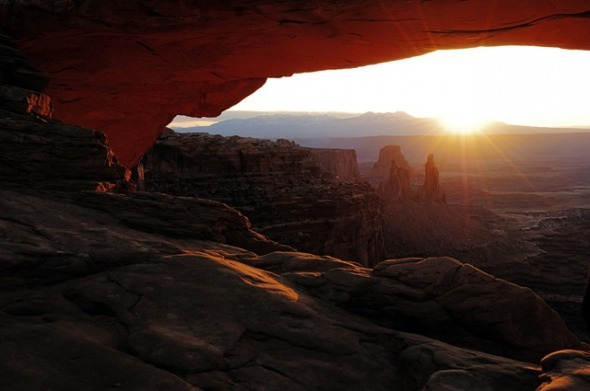 Sonnenaufgang am Mesa Arch in Utah USA