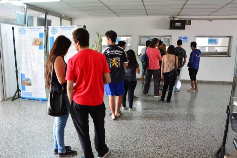 Ingresantes en la sede Central de la UNCo de Neuquen capital. Foto: Agustin Orejas