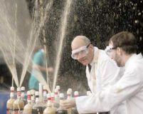 Nebunia Mentos: 1.300 belgieni au stabilit un record de gheizere cu Cola dietetică (VIDEO)