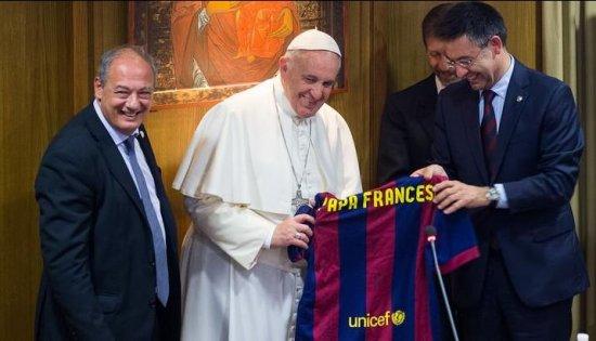 Papa Francisc a primit un tricou al FC Barcelona semnat de jucători 816