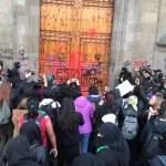 Mujeres protestan afuera del Palacio Nacional.