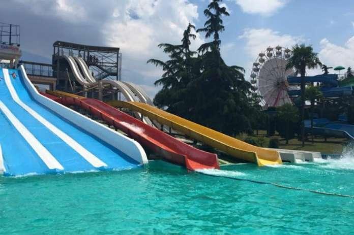 Bimbi con bolle e lesioni nelle piscine del Pareo Park