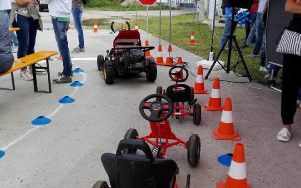Scuola di guida sicura con biciclette e go-karts foto 1