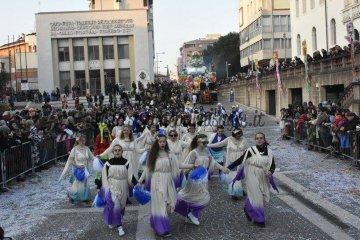 Sfilata carri mascherati a Pordenone