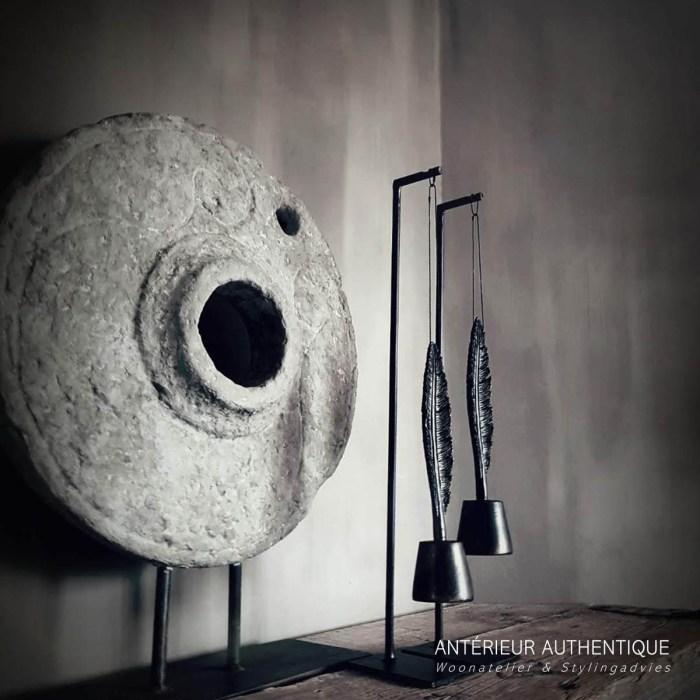 Afbeelding met totaalplaatje van set-up hanger met veer voor molensteen ornament op schouw voor gebruik in de Antérieur Authentique webshop