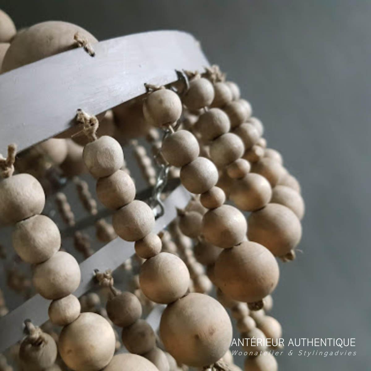 Close-up afbeelding van hanglamp kralen voor webshop van Antérieur Authentique