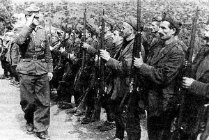Τσάμηδες με στολές οι οποίες φέρουν διακριτικά των SS