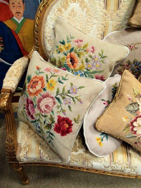 Divanetti dorati nappe cuscini antichi e femminilit