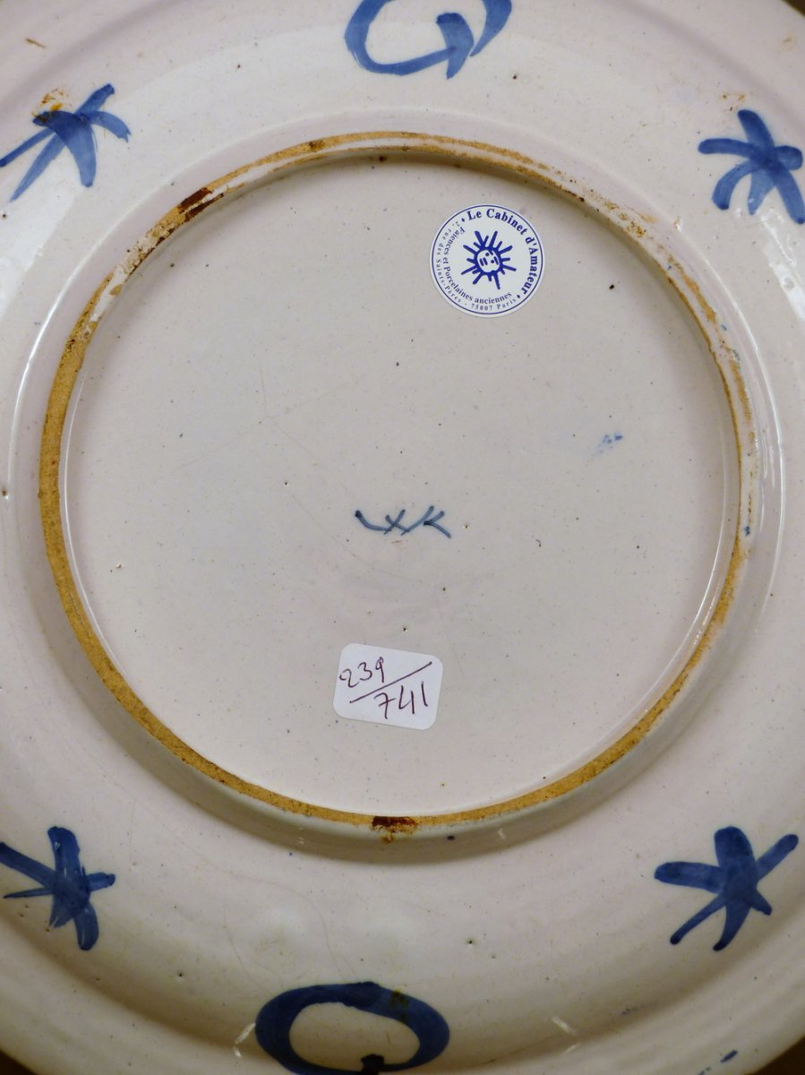 un grand plat en faience de delft du