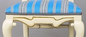 Detalj av kulorna vid frambenen samt pilbågsornamentet. Foto Bukowskis