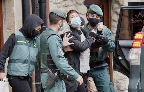 La guardia civil detiene a dos ex-presos.