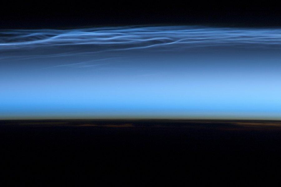 Λεπτεπίλεπτα άσπρα πέπλα που κυματίζουν δεκάδες χιλιόμετρα πάνω από την επιφάνεια της Γης, πιο ψηλά από οποιοδήποτε άλλο είδος σύννεφου: είναι φωτεινά νυχτερινά νέφη, σπάνιοι ατμοσφαιρικοί σχηματισμοί που συνήθως δεν διακρίνονται από το έδαφος, οι οποίοι φωτογραφήθηκαν πάνω από το υψίπεδο του Θιβέτ από τους αστροναύτες του Διεθνούς Διαστημικού Σταθμού.<br /> Τα φωτεινά νυχτερινά νέφη, γνωστά και ως πολικά μεσοσφαιρικά σύννεφα, σχηματίζοναι στη μεσόσφαιρα, σε ύψος 76 έως 5 χιλιομέτρων, κοντά στο όριο του Διαστήματος.<br /> Ανακαλύφθηκαν από τους μετεωρολόγους μόλις το 1885, καθώς είναι εξαιρετικά αμυδρά και διακρίνονται από το έδαφος μόνο κάτω από συγκεκριμένες συνθήκες: είναι ορατά μόνο μετά το ηλιοβασίλεμα, όταν φωτίζονται από τον Ήλιο που μόλις έχει πέσει κάτω από ορίζοντα, την ώρα που τα κατώτερα στρώματα της ατμόσφαιρας βυθίζονται στο σκοτάδι.