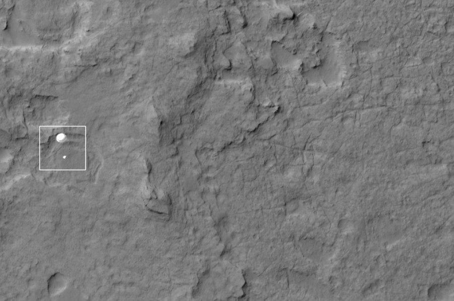Το Mars Reconnaissance Orbiter εντόπισε το Curiosity rover να προσγειώνεται , τον Αύγουστο στην επιφάνεια του Άρη.
