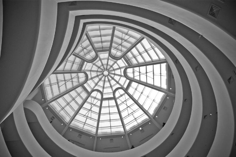 Μετρώντας περισσότερο από μισό αιώνα ύπαρξης και καλλιτεχνικής προσφοράς, το Μουσείο Γιούγκενχάιμ συγκαταλέγεται αναμφισβήτητα στα σημαντικότερα αξιοθέατα της Νέας Υόρκης. Η πρωτοποριακή αρχιτεκτονική του, σχεδιασμένη από το Φρανκ Λ. Ράιτ, θυμίζει ένα τεράστιο όστρακο και αποτελεί από μόνη της ένα έργο τέχνης.