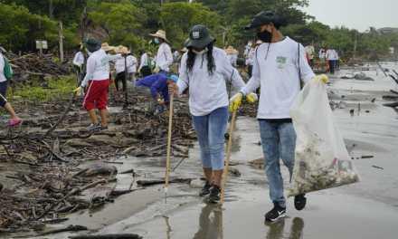 Un éxito primera jornada de limpieza de playas