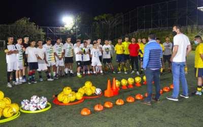 La alcaldía de Anorí entrega dotación de implementos deportivos