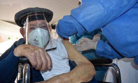 La Ceja vacunó al primer adulto mayor