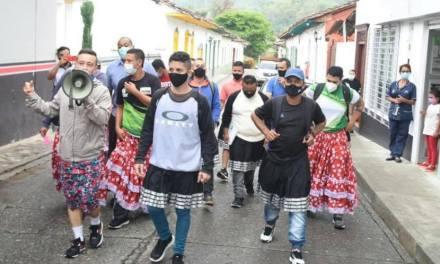 Hombres del Suroeste visten con falda