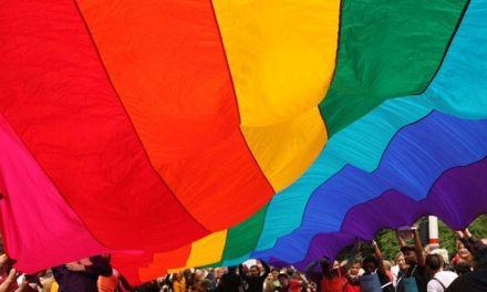 Ahora la Gobernación se viste con los colores de la población Trans