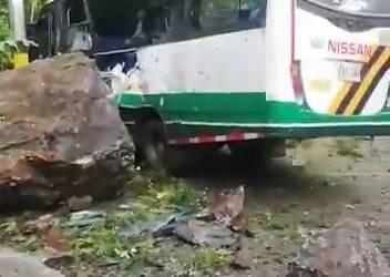 Una roca impactó a bus donde se movilizaban funcionarios de EPM en la vía Limón-Anorí